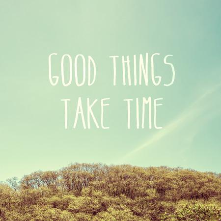 """cotizacion: Cita de la inspiración: """"Las cosas buenas toman tiempo"""" en el cielo con la montaña, tipográfico motivación."""