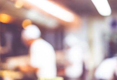 jefe de cocina: Fondo borroso: Grupos de Chef de cocina en la cocina abierta, el cliente puede ver que la cocción en el mostrador de comida, el chef de cocina con bokeh luz.