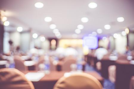 光の背景のボケ味、ビジネス コンセプト セミナー イベント ルームの背景をぼかし。