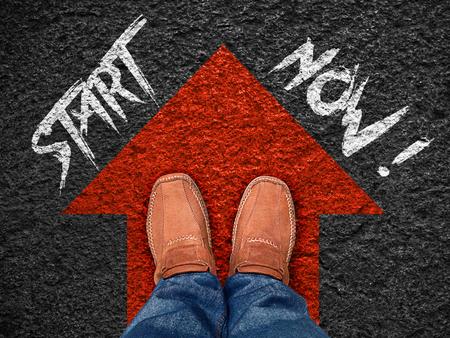 """Inspirations-Zitat: """"Jetzt starten"""" auf Luftbild der Schuh auf der Straße mit nach vorne bewegen blauen Pfeil, Motivation typografische."""