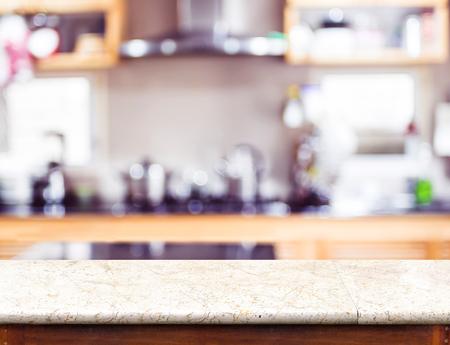 marbles: Vaciar mesa de m�rmol y la luz bokeh cocina borrosa en el fondo, maqueta para la exhibici�n de productos.