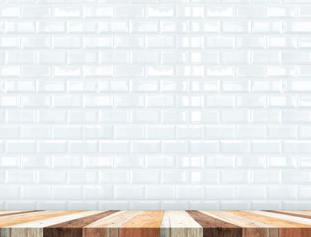 ceramica: Vaciar mesa de madera tropical con la pared de azulejos blancos, maqueta de fondo para la exhibición de productos.
