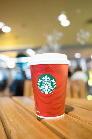 starbucks coffee: starbucks coffee cup on table