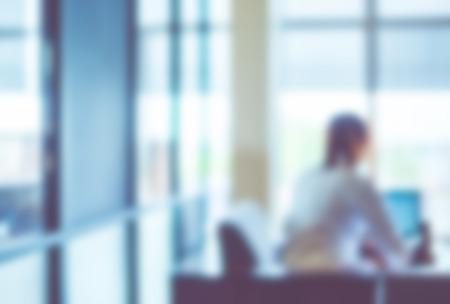 Arrière-plan flou: officier travaillant sur ordinateur au bâtiment de bureau, fond d'affaires avec filtre vintage. Banque d'images