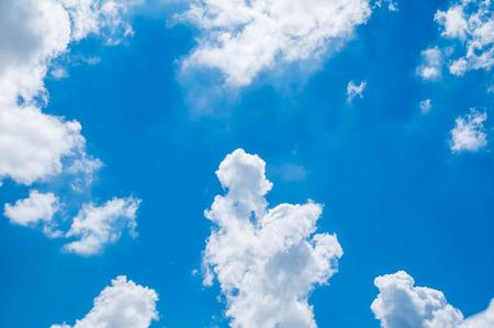 曇りで青空を見上げてください。