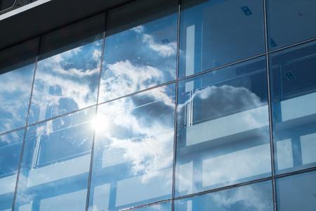 ウィンドウのオフィスビル、ビジネス コンセプトに太陽光線と青い空反射
