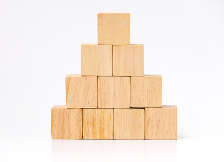 Close up bei Holzwürfel in Pyramide Form, Geschäft konzentriert Mock up. Standard-Bild