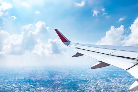 飛行機から空撮風景を見る観バンコクと青い空、旅のコンセプト。