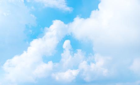 Bonito cielo azul con nublado, la naturaleza de fondo, vista de la ventana forma de avión.