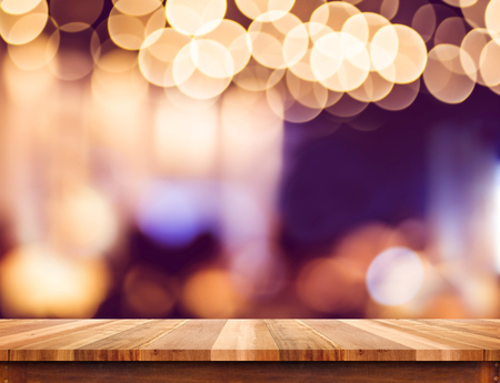 estanterias: Vaciar la madera perspectiva mesa de plancha de luz con el fondo abstracto bokeh, maqueta para el montaje de su producto. Foto de archivo