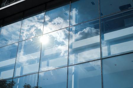 Rayon de soleil et réflexion de ciel bleu sur l'immeuble de bureaux de fenêtre, concept d'entreprise, filtre vintage.