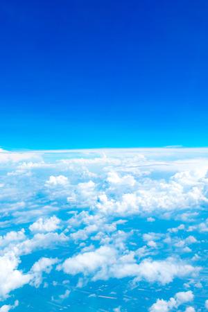 himmel hintergrund: Luftaufnahme des blauen Himmels und der Wolke Top Blick aus dem Flugzeug-Fenster, Natur Hintergrund.