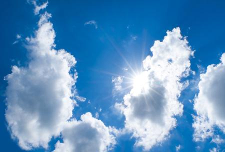 sol radiante: Mirando hacia arriba en el cielo azul de Niza con rayo de sol detr�s de la nube grande.
