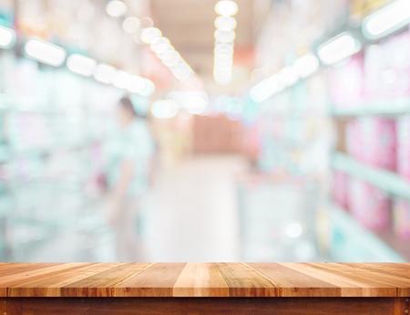 Table en bois vide et fond de supermarché flou. Modèle d'affichage du produit. Présentation commerciale. Banque d'images