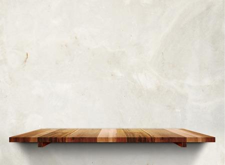 Étagères en bois vides sur mur en béton grunge en pastel, modèle Mock up pour l'affichage du produit.