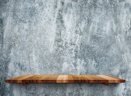 madera rústica: estantes de madera vacíos en la pared de piedra gris grunge, maqueta plantilla para la exhibición de productos. Foto de archivo