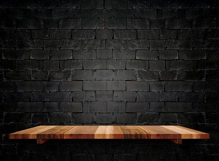 Lege houten planken op pastel grunge zwarte bakstenen muur, Mock up sjabloon voor weergave van het product.