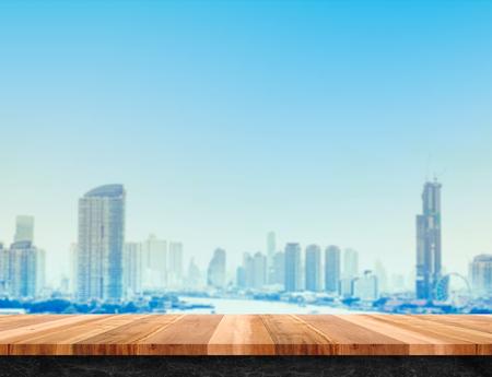 dia y la noche: Tapa de madera de color marrón tabla tabla y base de mármol negro con la vista horizontal construcción de la ciudad, maqueta plantilla para la exhibición o montaje de su producto, Urbano concepto de fondo. Foto de archivo