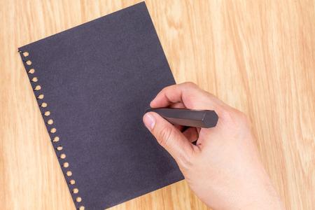 Escritura de la mano en negro en la parte superior paperl mesa de madera, intercambio de ideas concepto de negocios, maqueta para agregar su texto.