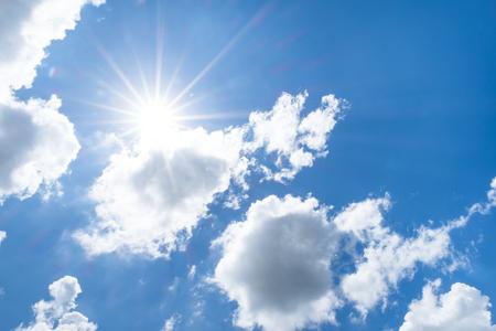 ensolarado: Olha acima no céu azul agradável com feixe do sol por trás grande nuvem.