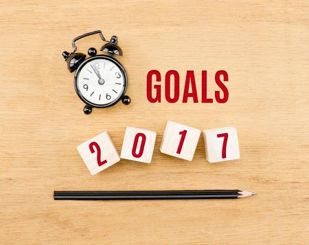 metas: Objetivos de 2.017 años en el cubo de madera con el lápiz y el reloj vista desde arriba en la mesa de madera, nuevo concepto de negocio año. Foto de archivo