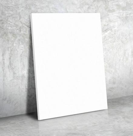 Manifesto in bianco del libro bianco sul pavimento di cemento e muro di cemento grigio, Mock up per visualizzare o il montaggio del tuo contenuto. Archivio Fotografico - 57046507