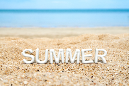 Summer (3D-Rendering Text) weiß wort auf Sandstrand und blaues Meer Unschärfe Hintergrund, Sommer-Ferien-Konzept. Standard-Bild