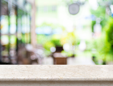 Piatto vuoto lusso in marmo bianco con sfocato caffè bokeh luce come sfondo. Mock up per la visualizzazione o il montaggio del prodotto, Presentazione aziendale. Archivio Fotografico