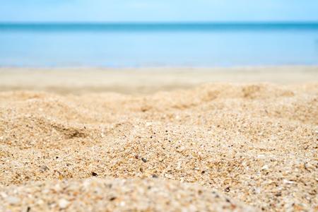배경에서 흐림 바다와 해변 모래를 닫습니다. 스톡 콘텐츠