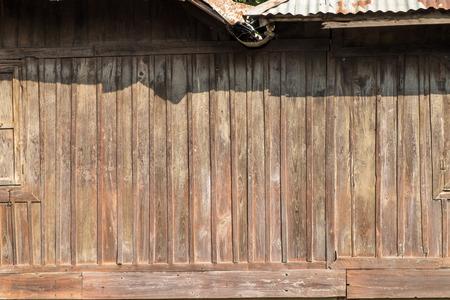clima tropical: Pared de madera de la casa y la ventana con techo en un día soleado, el clima tropical.