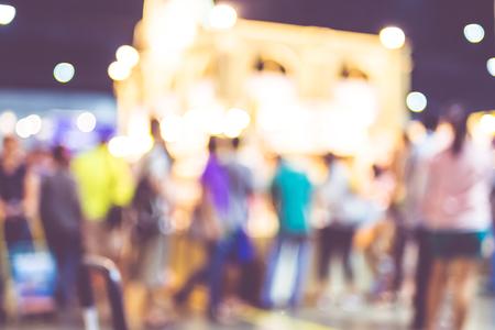 Vage achtergrond: menigte van mensen in eerlijk expo met bokeh licht, Vintage gefilterd.