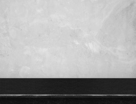 회색 콘크리트 벽, 빈 검은 대리석 테이블 위로 표시 또는 제품의 몽타주, 모의 배경으로 사용합니다. 스톡 콘텐츠