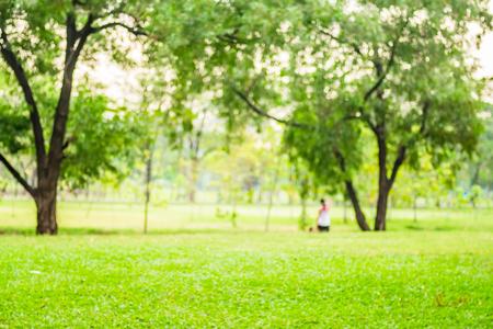 Wazige achtergrond, Mensen oefenen in groen park met bokeh licht. Gezond levensstijl concept.