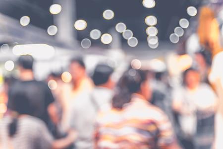 Vage achtergrond: menigte van mensen in de expo beurs met bokeh licht, Vintage filter.