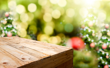 Lege houten plank eten stand met onscherpte kerstboom bokeh lichte achtergrond, sjabloon mock voor weergave of montage van product.