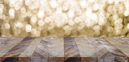 Lege oude rustieke houten lijstbovenkant met achtergrond van onduidelijk beeld de fonkelende gouden bokeh, panoramische banner voor vertoning of montering van product, achtergrond van het Vakantie de seizoengebonden concept. Stockfoto