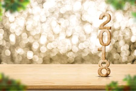 Felice anno nuovo 2018 sul tavolo in legno e sfocatura Albero di Natale in primo piano a sfocatura oro scintillante bokeh luce muro, banner panoramico per la visualizzazione o montaggio di prodotto, vacanze stagionali. Archivio Fotografico - 81376792