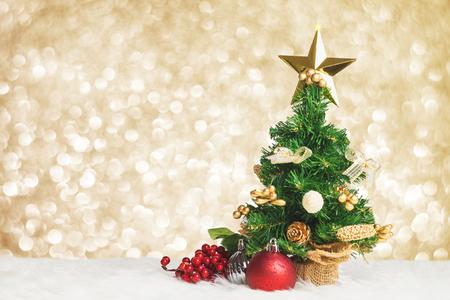 Weihnachtsbaum mit Kirsche und Ball verzieren auf weißem Pelz mit hellem Hintergrund des blauen Gold bokeh Scheines, lassen Raum für das Hinzufügen Ihres Textes oder Design, Feiertagsgrußkarte. Standard-Bild - 81376859