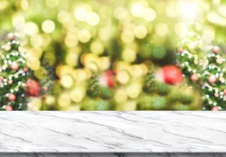 추상 흐림 효과와 흰색 대리석 테이블 위쪽 bokeh 빛을 가진 크리스마스 트리 배경, 휴일 배경, 표시 또는 제품의 몽타주에 대 한 모의.