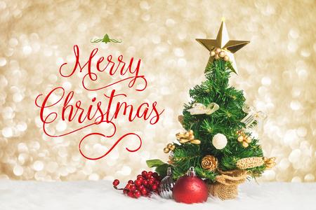 Arbeit der frohen Weihnachten mit Weihnachtsbaum mit Kirsche und Ball verzieren auf weißem Pelz mit hellem silbernem bokeh Scheinlichthintergrund, Feiertagsgrußkarte Standard-Bild - 87866589