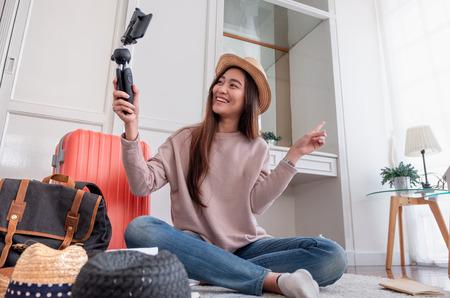 Jeune blogueuse asiatique enregistrant une vidéo vlog avec un téléphone mobile en direct en streaming lorsque travel.online influenceur sur le concept viral des médias sociaux Banque d'images