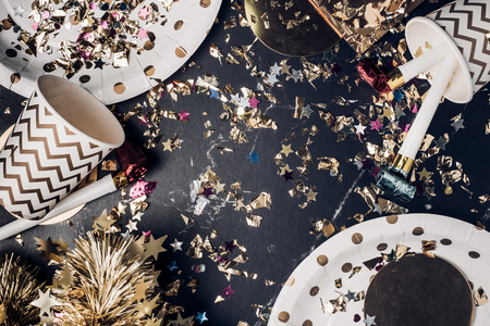 Top view marble table with party cup,party blower,tinsel,confetti.Fun Celebrate holiday party time table top view.Festive greeting card Standard-Bild - 112678547