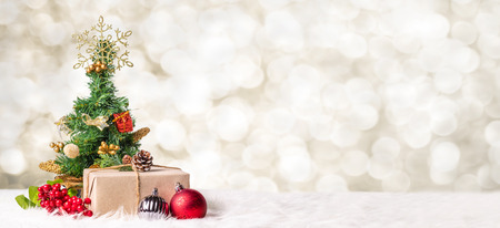 Christmas tree and gift box at blur bokeh light background,Winter holiday banner greeting card Standard-Bild - 113445045