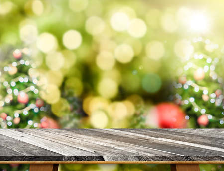 Grunge blank wooden table top with abstract blur christmas tree background with bokeh light,Holiday backdrop,Mock up for display or montage of product Standard-Bild - 113445226