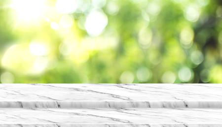 Mesa de mármol blanca vacía con árbol de desenfoque en el parque con luz bokeh en el fondo, plantilla de maqueta para mostrar su diseño, banner para publicidad de producto, vista panorámica.