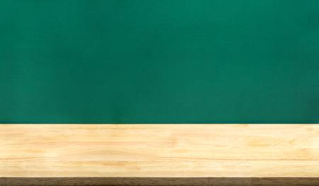 Mesa de madera vacía y pizarra verde en el fondo.Plantilla de exhibición de producto de concepto de escuela de educación.Presentación de negocios. Foto de archivo