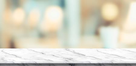 Mesa de mármol blanco vacía y mesa de luz suave borrosa en restaurante de lujo con fondo bokeh. plantilla de exhibición del producto Presentación de negocios. Foto de archivo