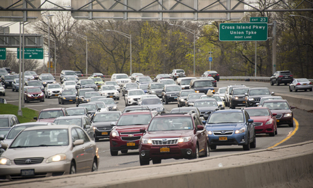 Rush hour traffic on the east bound side of Grand Central Parkway in Queens, New York City 報道画像