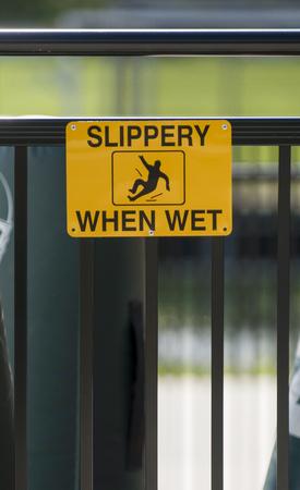 Panneau d'avertissement jaune «glissant quand mouillé» sur la rampe Banque d'images - 92566236