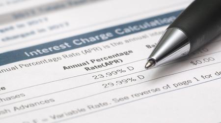 Estratto conto mostra i tassi di interesse con la penna